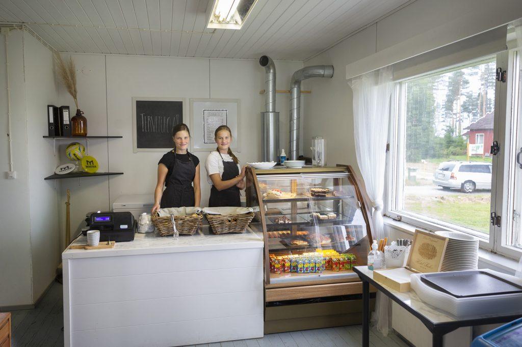 Kesäkahvila Jokiranta, kaksi nuorta naista kahvilan tiskin takana.