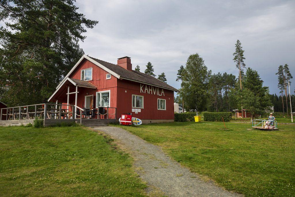 Kesäkahvila Jokiranta, päärakennus ja piha-alue kesällä.