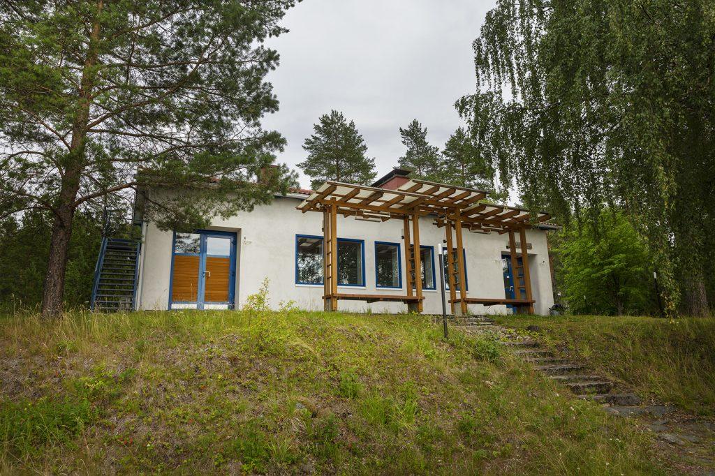 Juhlatila Lautsa, rakennus ulkoa kuvattuna kesällä.