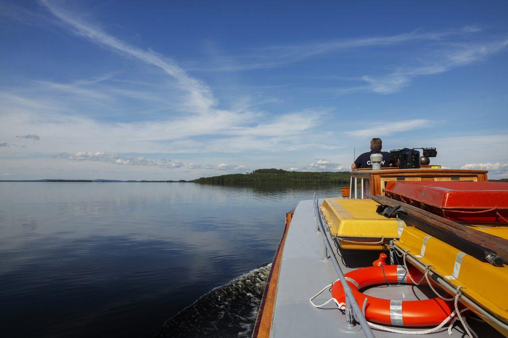 M/S Tuula, puinen alus risteilee kohti Jouhtenisen saarta Höytiäisellä.