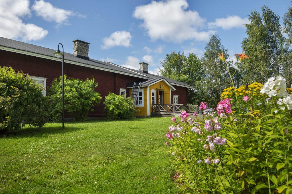 Kontiolahden kotiseutukeskuksen päärakennus kesällä.