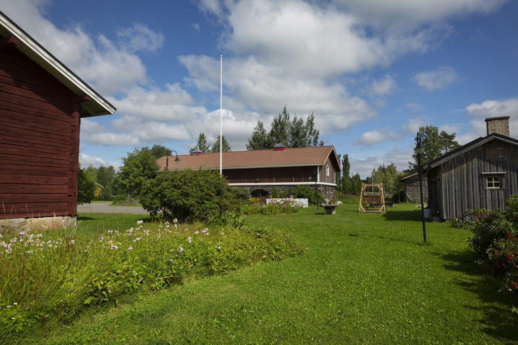 Kontiolahden kotiseutukeskuksen pihapiiriä kesällä.
