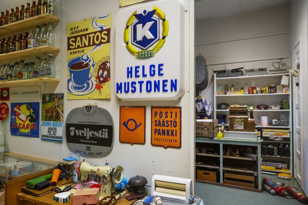 Wanhan mestan museo, vanhan ajan mainoskylttejä, pulloja ja käyttötavaraa.