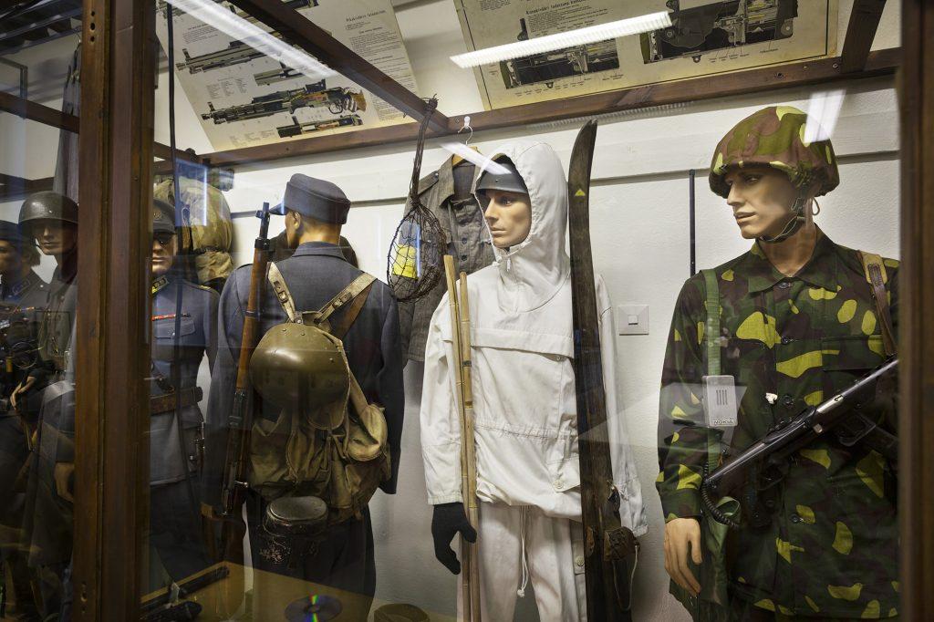 Sodanaikaisiin sotilaspukuihin puettuja mallinukkeja vitriinin takana Wanhan Mestan museossa.