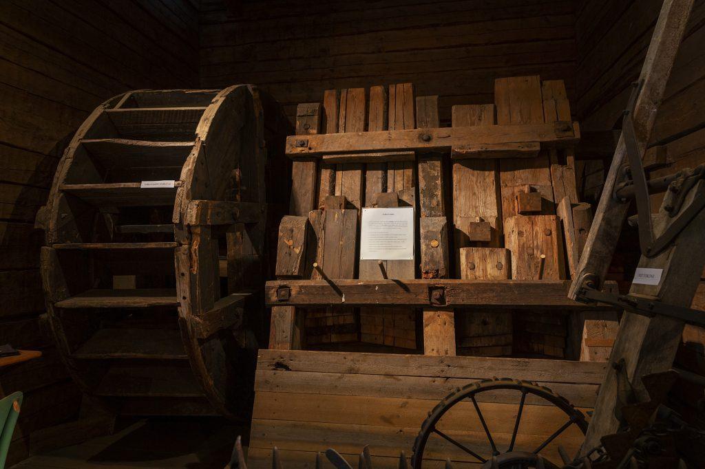 Vanha, kankaan vanutukseen käytetty sarkatamppi Kontiolahden Kotiseutumuseossa.