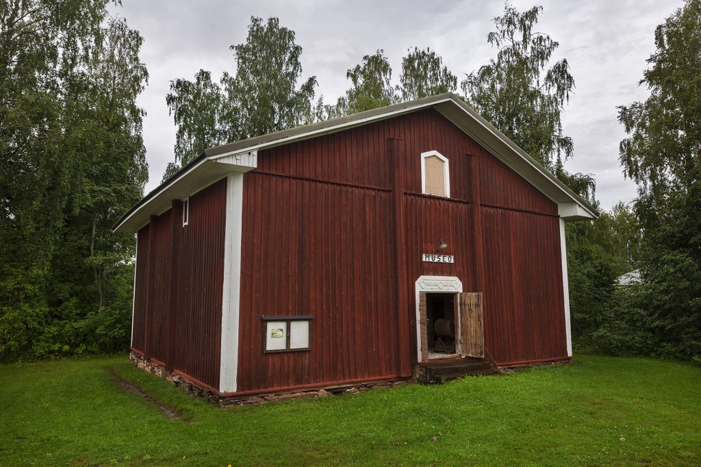 Kontiolahden Kotiseutumuseon rakennus ulkoapäin kesällä.