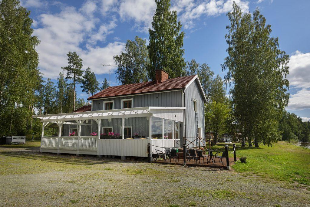 Höytiäisen Helmen päärakennus kesällä.