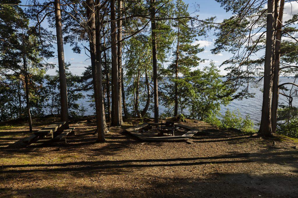 Nuotiopaikka Jouhtenisen saaressa kesäiltana.