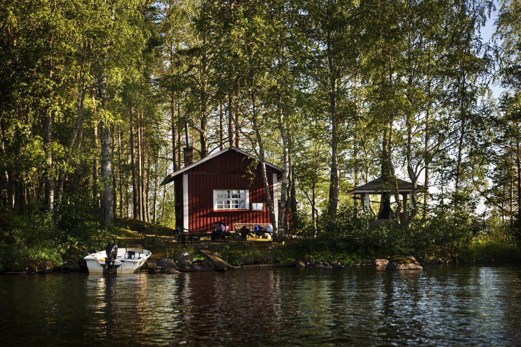 Punainen vanha kalasauna Höytäisen saaressa kesällä.