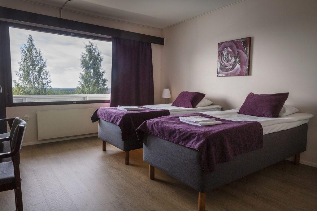 Hotel Julie, kaksi erillistä sänkyä majoitushuoneessa.
