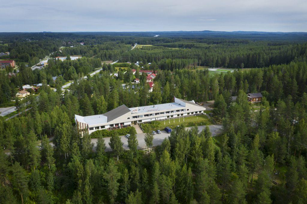 Hotel Julie ilmasta kuvattuna kesällä.