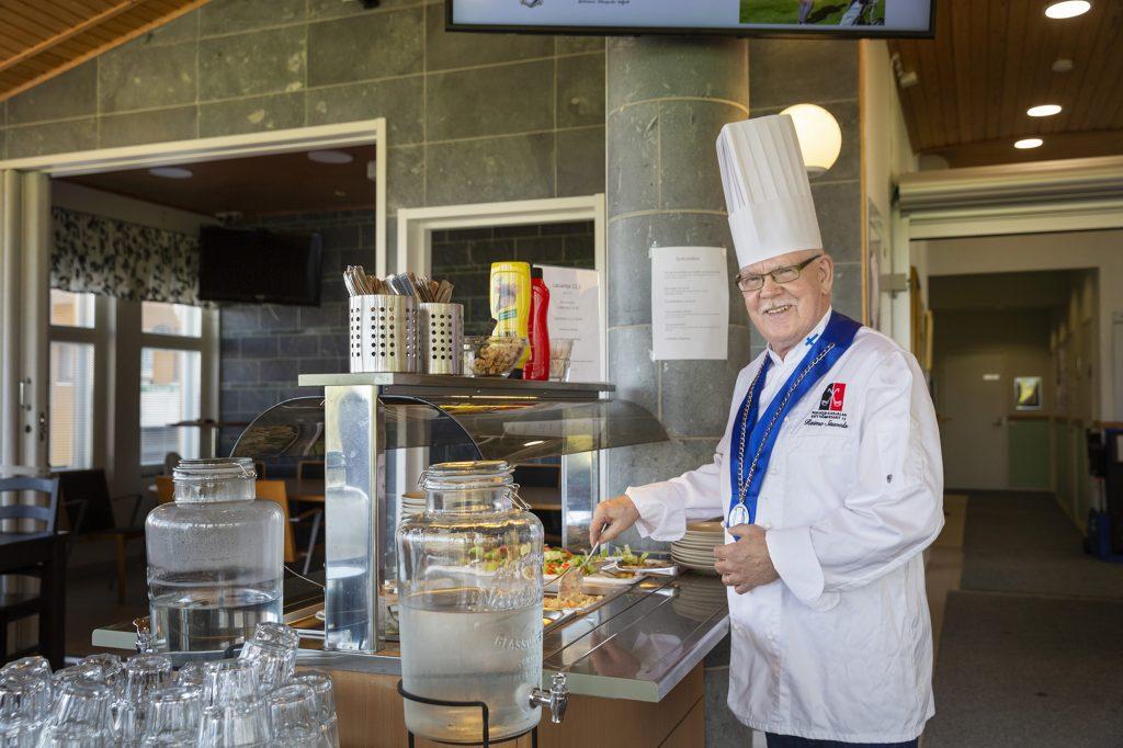 Karelia Golf, kokki esittelee lounaspöytää.