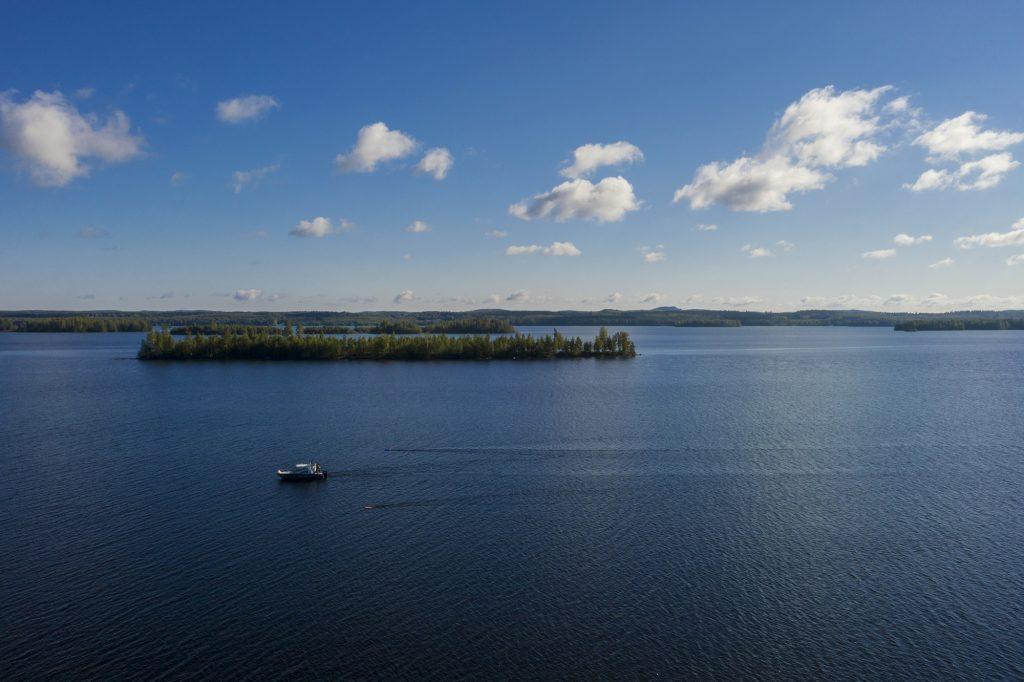 Vene uistelee kesäisellä Höytiäisellä, ylhäältä viistosta kuvattu.