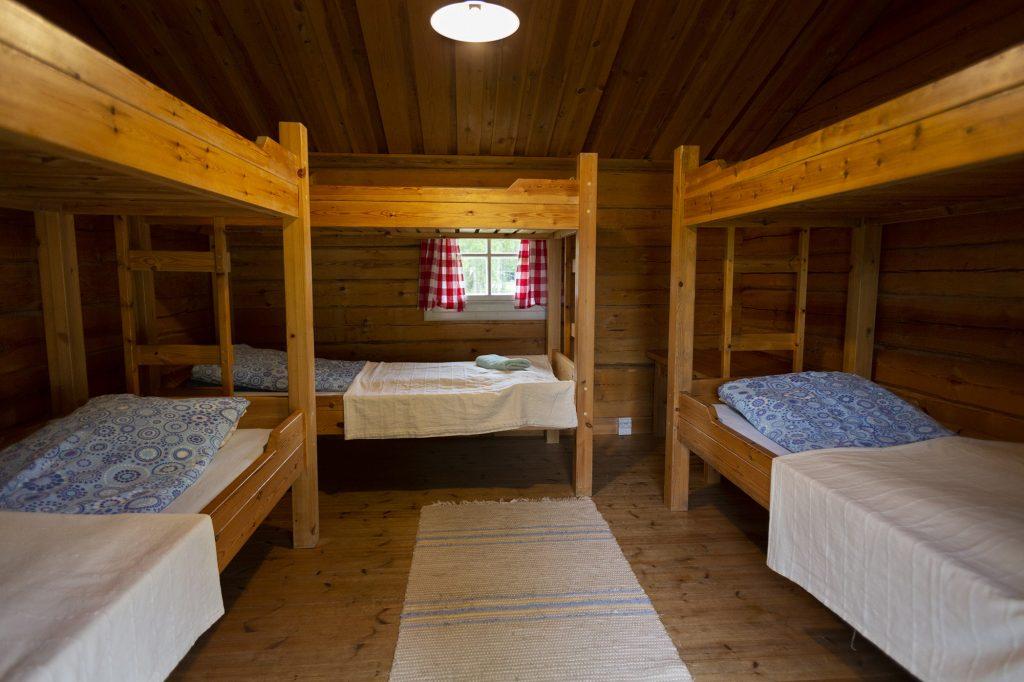 Herajärven retkeilykeskus Kiviniemi, majoitustila, jossa kerrossänkyjä.
