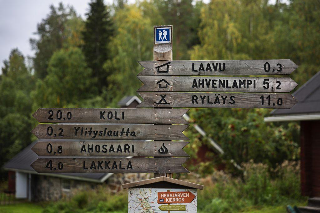 Opaskyltti Herajärven retkeilykeskuksen pihalla.