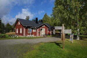 Herajärven retkeilykeskus Kiviniemi, päärakennus kesällä.