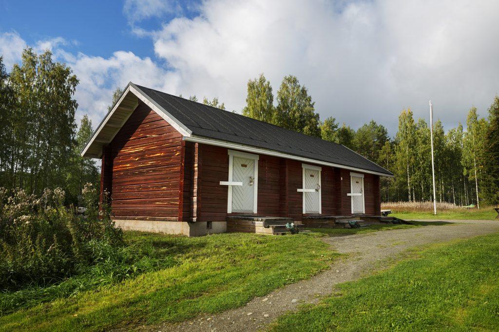 Herajärven retkeilykeskus Kiviniemi, majoitusaittarakennus kesällä.