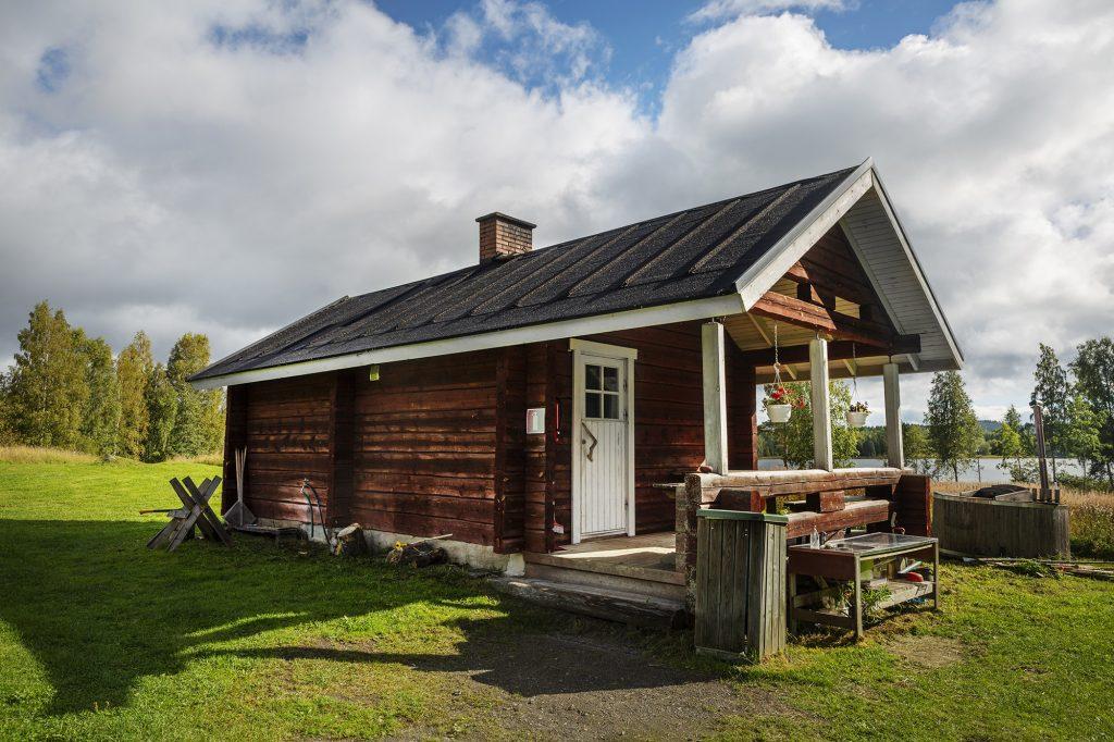 Herajärven retkeilykeskus Kiviniemi, hirsinen saunarakennus kesällä.