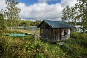 Herajärven retkeilykeskus Kiviniemi, veneitä ja vaja rannassa.