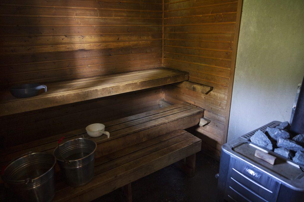 Heräjärven vaellusreitin varrella sijäitseva maksuton sauna sisältä.