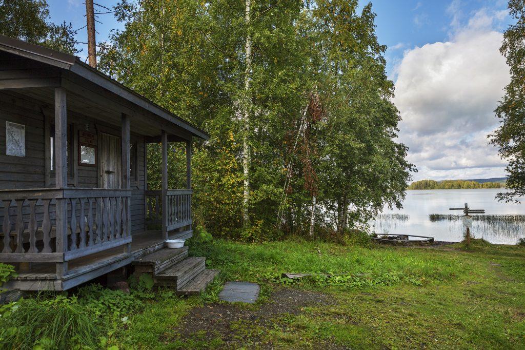Heräjärven vaellusreitin varrella sijäitseva maksuton sauna järven rannassa.