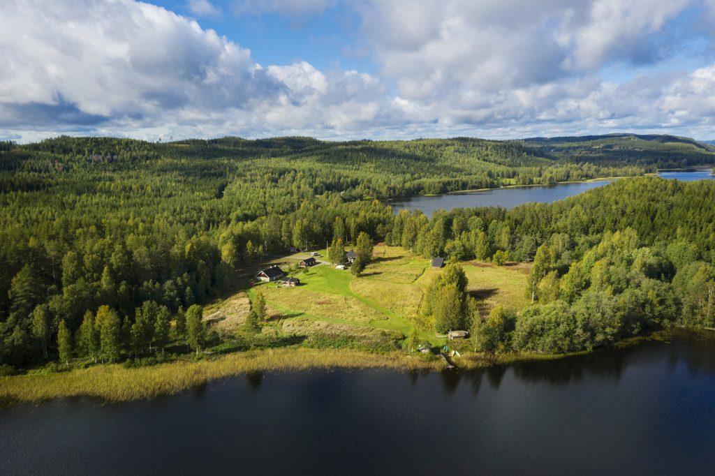Herajärven retkeilykeskus Kiviniemen alue ilmasta kuvattuna kesällä.
