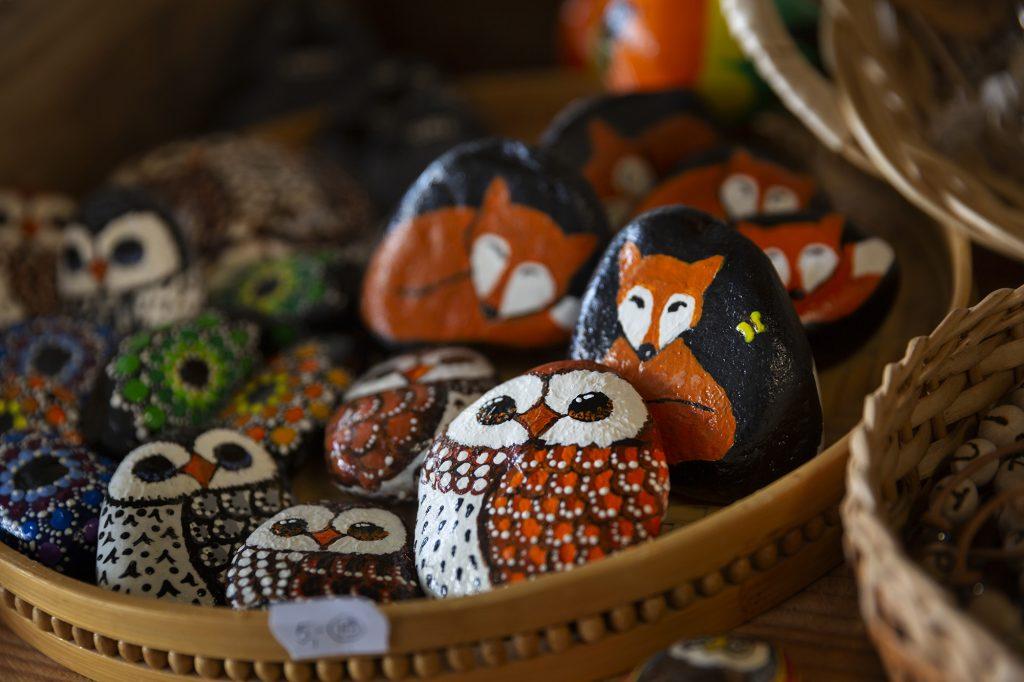 Käsityömyymälä Tiuhta, kiviä, joihin maalattu pöllö- ja kettuhahmoja.