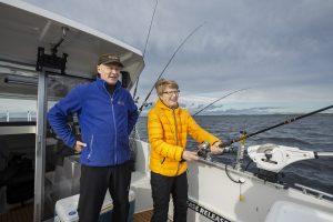 Mies ja nainen uistelemassa kalastusveneessä Höytiäisellä.