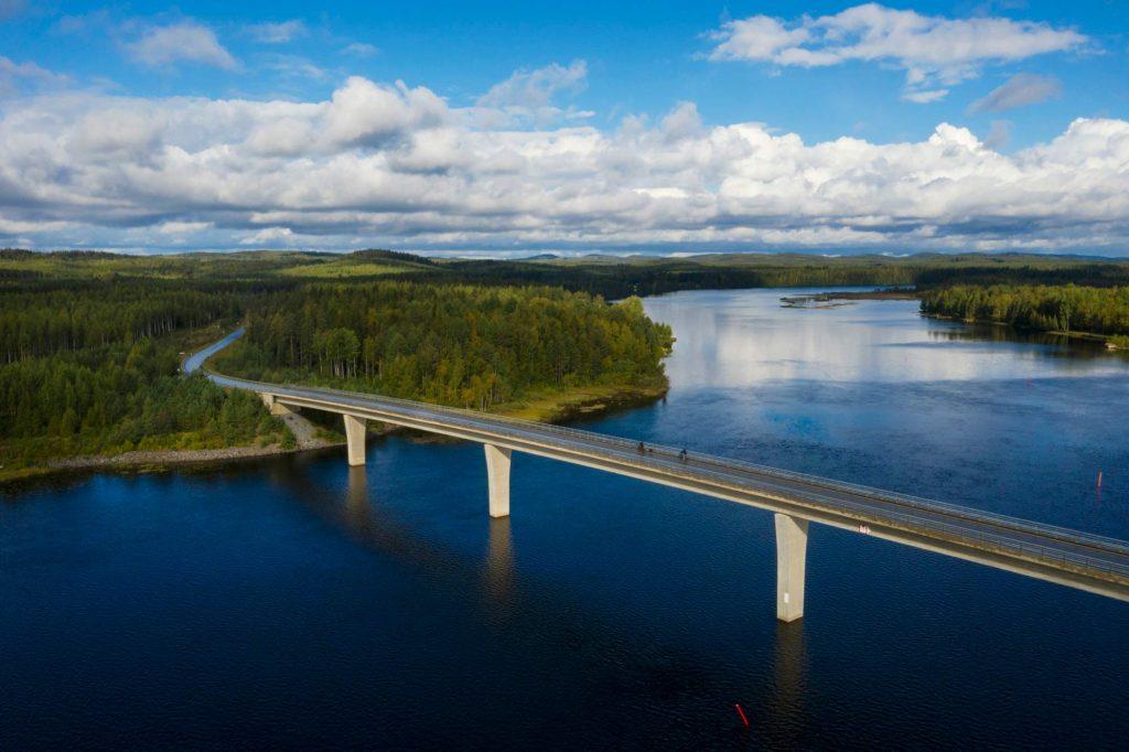Ilmakuva Mönnin sillasta loppukesästä, sillalla näkyy pienenä pari pyöräilijää.