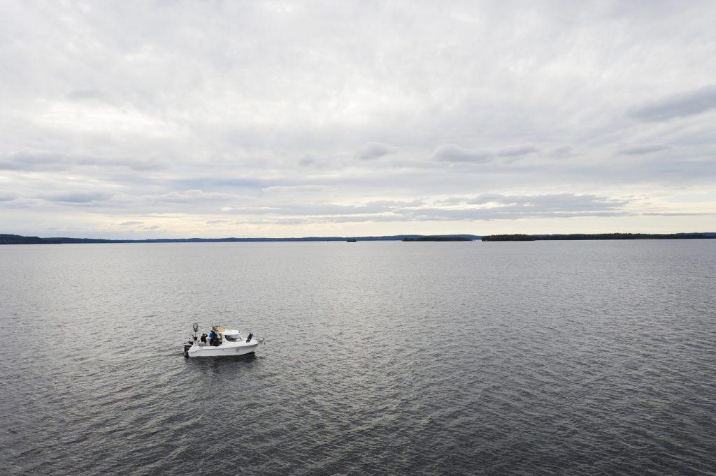 Uisteluvene ylhäältä viistosta kuvattuna pilvisellä järven selällä.